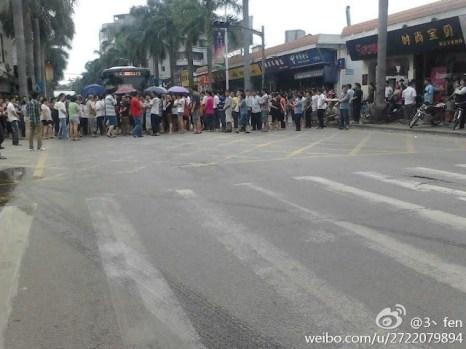 Бастующие рабочие заблокировали дорогу. Город Гуанчжоу провинции Гуандун. Июнь 2012 год. Фото с epochtimes.com