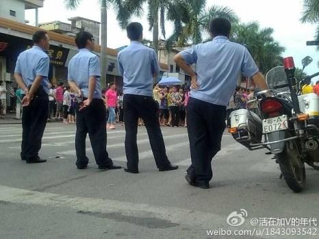 На этот раз полиция не вмешивалась, а просто наблюдала со стороны. Город Гуанчжоу провинции Гуандун. Июнь 2012 год. Фото с epochtimes.com