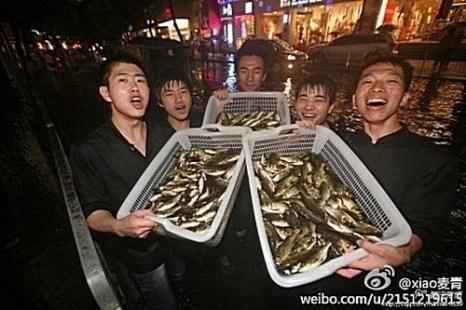 Жители затопленных наводнением районов наловили поддонами много рыбы. Юг Китая. Май 2012 год. Фото с epochtimes.com