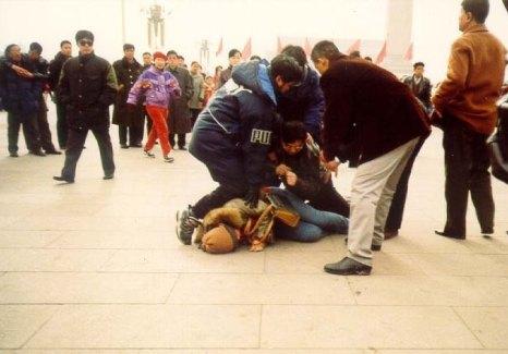 Китайские полицейские арестовывают последователя Фалуньгун. Фото с epochtimes.com