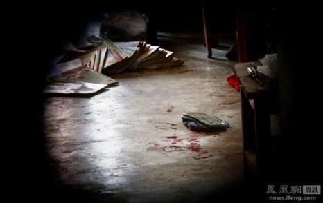 Молодой парень напал с ножом на своих родителей. Мать умерла на месте от полученных ножевых ран, отец находится в больнице. Город Ухань провинции Хубэй. 15 ноября 2011 год. Фото с news.ifeng.com