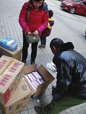 Перед концом света китайцы упаковками скупают свечи и спички. Фото с epochtimes.com