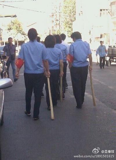 Городские контролёры-женщины патрулируют улицы с увесистыми дубинами. Июль 2012 год. Фото: weibo.com