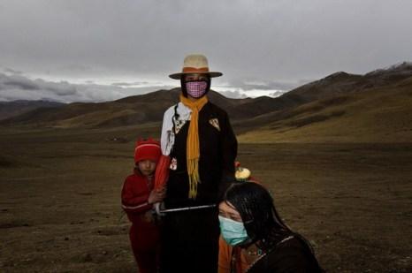 21-летняя Жи Ян, 14-летняя Ла Мао и их маленькая сестричка в горах собирают кордицепс. Фото с kanzhongguo.com