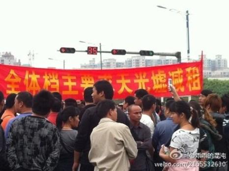 Протест рыночных торговцев против повышения арендой платы. Провинция Гуандун. Ноябрь 2011 год. Фото  epochtimes.com