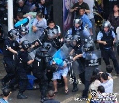 Десять полицейских избивают одну женщину. Китайская провинция Сычуань. 2013 год. Фото предоставили китайские блогеры