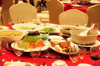 После банкетов в Китае выбрасываются десятки миллионов тонн продуктов. Фото с epochtimes.com