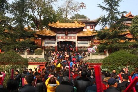 В первый день китайского Нового года китайцы отправились в храмы попросить у богов счастья и благополучия. Город Суйнин провинции Сычуань. Февраль 2013 года. Фото с epochtimes.com