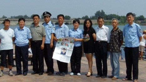 Китайские полицейские в Пекине выражают протест против коррупции в системе правосудия. Август 2012 год. Фото с epochtimes.com