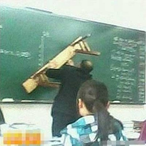 Учитель демонстрирует мастерское владение скамьёй. Фото с epochtimes.com