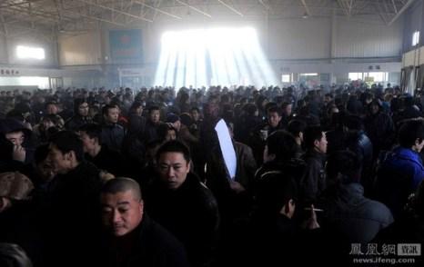 Люди пришли искать работу на биржу труда. Город Шэньян провинции Ляонин. 29 января 2012 год. Фото: Хэй Юйбай
