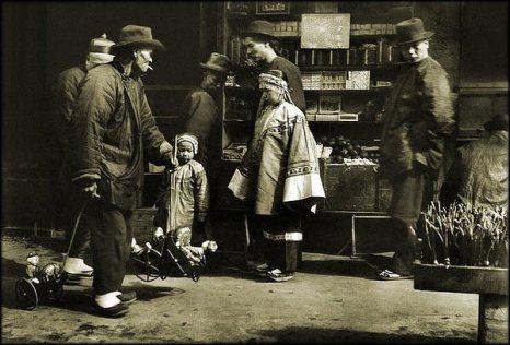 Уличный торговец игрушками. Начало 20 века. Фото с kanzhongguo.com