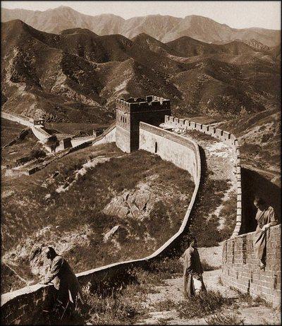 Трое туристов на Великой китайской стене. Последние годы династии Цин (1644 по 1911 гг.). Фото с kanzhongguo.com