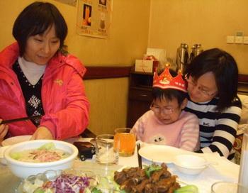 ДЕНЬ РОЖДЕНИЯ: Синсин на свой шестой день рождения в ноябре 2009 года. Она плачет за обеденным столом с родственниками, потому что её отец и мать в трудовых лагерях. Фото с сайта theepochtimes.com