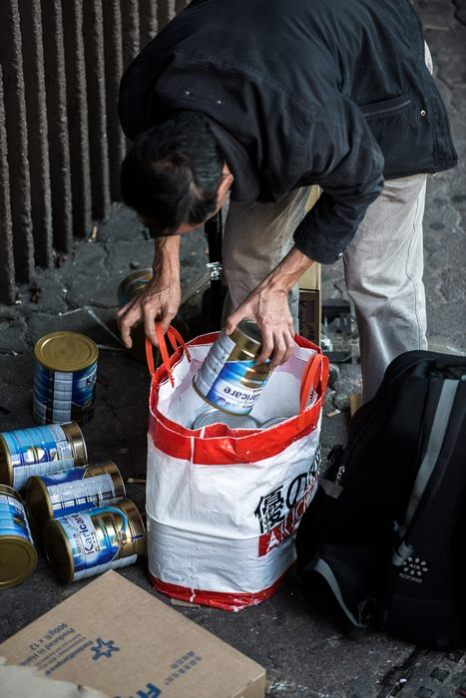 На железнодорожной станции Sheung Shui в Гонконге китайцы транспортируют запасы детских молочных смесей в Китай 29 января 2013 г. Фото: PHILIPPE LOPEZ/AFP/Getty Images