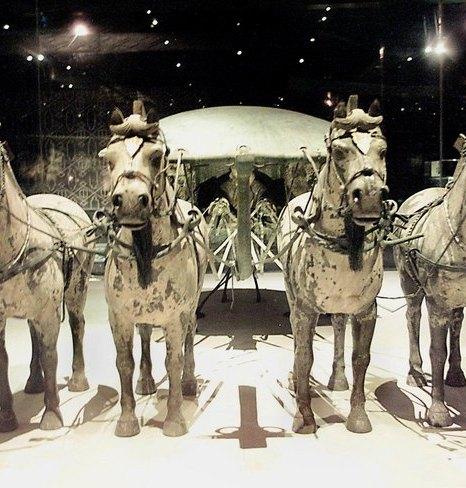 Бронзовая колесница первого императора Китая Цинь Шихуанди, запряжённая лошадьми. Фото: GOH CHAI HIN/AFP/Getty Images