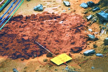Предупреждающий знак с надписью «Археологическая разведка и раскопки» был сбит, а красные шнуры, ограничивающие место раскопок, порваны. Фото: weibo.com