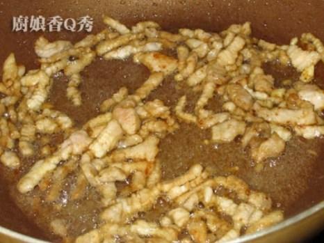 Шинкованую маринованную курятину обжариваем на масле около 9 минут до готовности, и вынимаем из сковороды. Фото: NTDTV