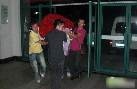 Китайской студентке на день Святого Валентина подарили 10 000 роз. Фото с kanzhongguo.com