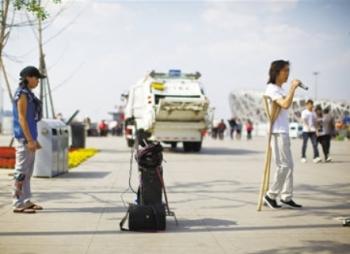Отважная китаянка помогает собрать деньги на лечение для своего парня. Фото: epochtimes.com