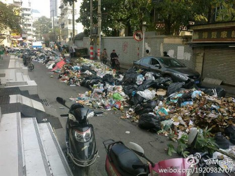 Город Нанкин завален мусором после всего лишь одного дня забастовки дворников. 2011 год. Фото с epochtimes.com