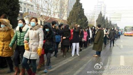 Медработники требуют выплатить задолженность по зарплате. Провинция Шаньдун. Февраль 2014 года. Фото с epochtimes.com