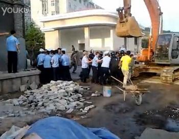 Сотрудники городской охраны, или «чэнгуань», померились силами с солдатами Народно-освободительной армии Китая во время недавнего столкновения в провинции Шаньдун. Фото: molihua.org