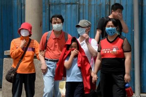 Люди носят маски для защиты от смога и пыли, Пекин, 19 мая 2013 года. Фото: Mark Ralston/AFP/Getty Images