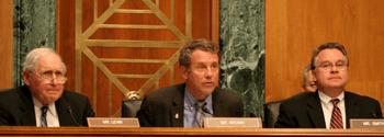 (Слева направо) Сенатор Карл Левин (демократ от Мичигана), сенатор Шеррод Браун (демократ от Огайо) и конгрессмен Крис Смит выступили 25 июня на слушаниях по «китайским взломам» в Исполнительной комиссии Конгресса США по Китаю. Браун и Смит были председателем и сопредседателем соответственно. Фото: Gary Feuerberg/Epoch Times