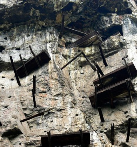 Висячие гробы племени Бо. Фото: respect2china.ru