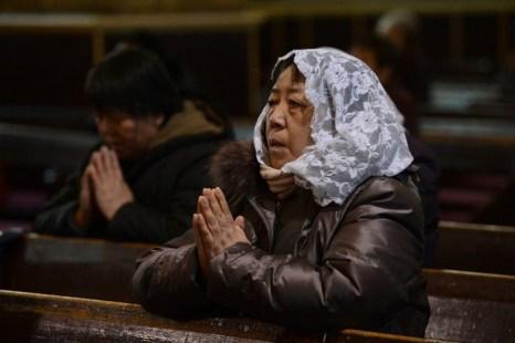 Пожилая китаянка молится в христианской церкви в Пекине 20 февраля. Расследуя задержание пастора разрешённой государством церкви в провинции Хэнань, группа журналистов Sky News и несколько адвокатов подверглись нападению бандитов, нанятых местными чиновниками. Фото: Mark Ralston/AFP/Getty Images