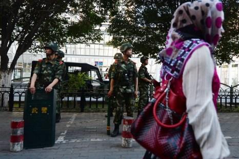 Военизированная полиция в Урумчи, районе, населённом мусульманами-уйгурами. Эксперты полагают, что недавнее насилие в Синьцзяне вызвано этническими столкновениями, а не организованным терроризмом, как об этом сообщают китайские СМИ. Фото: Mark Ralston/AFP/Getty Images