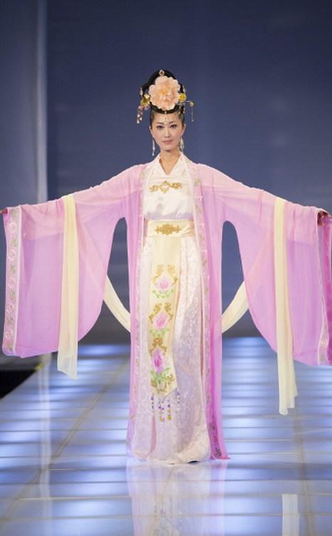 Шу-юнь Ли и Ли Ван из Китая получили специальный приз за наряд эпохи династии Тан. Фото: Dai Bing/Epoch Times