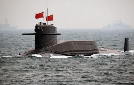 Подводная лодка ВМС Китая, 23 апреля 2009 года, провинция Шаньдун. Недавно китайские государственные СМИ сообщали о наличии в Китае баллистических ракет, которые с помощью подводного флота могут достичь территории США. Фото: Guang Niu/AFP/Getty Images