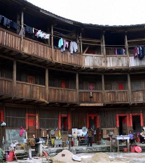 Большинство семей, проживающие в этом же здании, имеют одинаковые фамилии. Первый этаж находится на уровне земли и используется для приготовления и приёма пищи, второй этаж используется для её хранения. Люди спят на третьем этаже или ещё выше. Фото: Xiao Yue