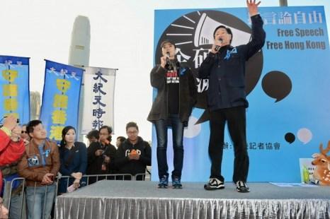 Недавно уволенная радиоведущая Ли Вэй-лин (слева) и Альберт Чэн, уволенный 10 лет назад за свои смелые высказывания, выступили против давления на прессу со стороны властей Гонконга. Фото: Epoch Times