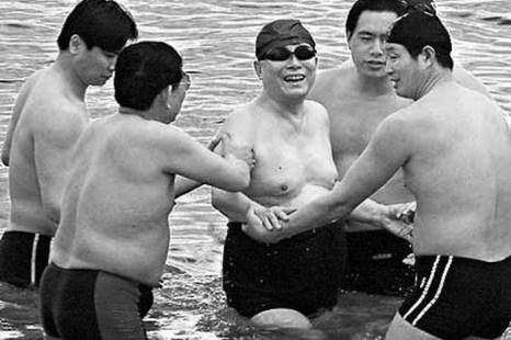 Бывший лидер компартии Цзян Цзэминь (в центре) плавает в Мёртвом море в окружении нескольких охранников, Израиль, апрель 2000 года. Фото: Shihai Gouchen/naol.cc
