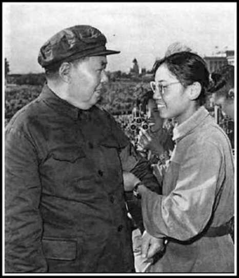 Сун Биньбинь (справа) вешает повязку хунвэйбина на руку Мао Цзэдуна на площади Тяньаньмэнь 18 августа 1966 года. Фото: Screenshot/163.com/Epoch Times