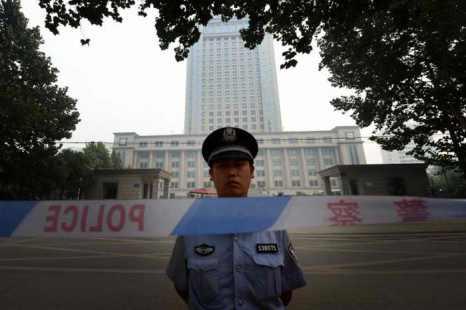 Полицейский у здания суда в Цзинань, провинция Шаньдун, 24 августа. В этот день здесь проходило третье слушание по делу опального политика Бо Силая. Фото: Mark Ralston/AFP/Getty Images