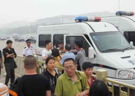 Пользователь Reddit подписал фото: «Несмотря на час пик, появилось 2 полицейских фургона. Протестующие всё ещё кричали, когда их заталкивали внутрь. Всё закончилось за 5 минут. Пять минут! Даже артисты высокого уровня не сравнятся с ними, всё было чётко и безупречно. Ни один из сотрудников правоохранительных органов не общался по рации или как-то иначе... Они действовали подозрительно тихо, и было слышно только протестующих». Фото: Tiananmenthrowaway