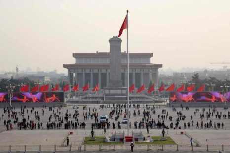 Туристы на площади Тяньаньмэнь, 14 ноября 2013 года, Пекин, Китай. 23 января 2001 года китайский режим организовал фальшивое «самосожжение» последователей Фалуньгун, а затем использовал видео с инцидентом в пропаганде ненависти. Фото: Feng Li/Getty Images