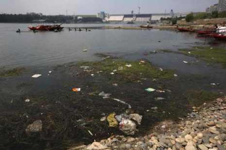 Для того чтобы доставить чистую воду в Пекин во время Олимпийских Игр, Цзян Цзэминь отдал распоряжение о разработке проекта по повороту рек. Этот проект в 2,5 раза масштабнее, чем строительство дамбы «Три ущелья», и таит в себе более серьёзную угрозу, потому что он затрагивает большие территории. На фото изображён район Хуэй, где работы начались в сентябре 2013 г. Фото: Epoch Times