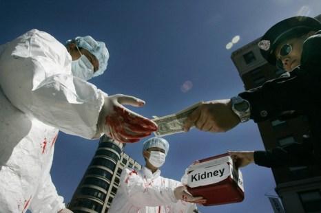 Китайские активисты во время акции протеста 19 апреля 2006 года в Вашингтоне инсценируют акт незаконной продажи человеческих органов. Китайские власти ввели новые правила трансплантации органов, но ключевые вопросы остаются без ответа. Фото: Jim Watson/AFP/Getty Images