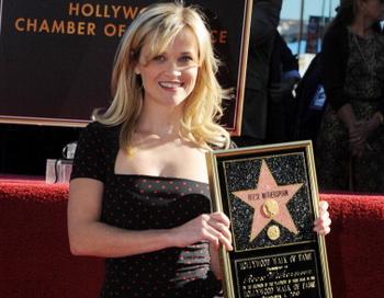 Актриса Риз Уизерспун удостоилась зуезды на Голливудской Аллее славы. Фото: MARK RALSTON/AFP/Getty Images