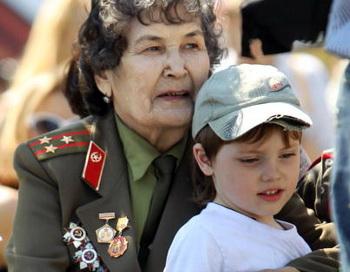Российские ветераны войны празднуют 65 годовщину Победы. Фото: Alexey SAZONOV/AFP/Getty Images