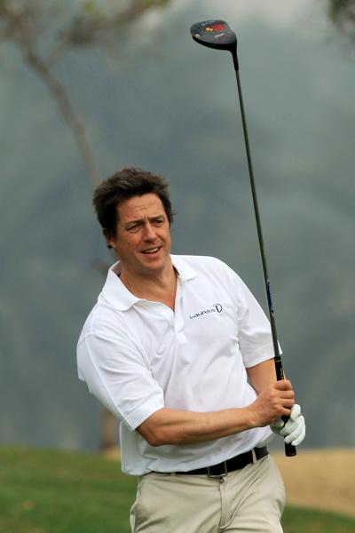 Хью Грант увлекается игрой в гольф. На турнире по гольфу в Абу-Даби. Фото: David Cannon/Getty Images for Laureus