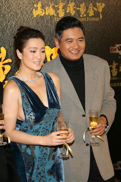 Фоторепортаж. Актер Юнь-Фат Чоу  и актриса Гун Ли посетили премьеру их совместного фильма «Проклятье золотого цветка» в Гонконге. Фото: Chan/Getty Images