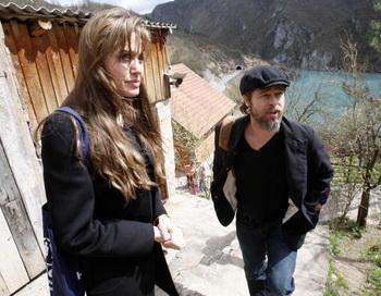 Посол доброй воли Анджелина Джоли и Бред Питт посетили деревню беженцев на востоке Боснии. Фото: AMEL EMRIC/AFP/Getty Images