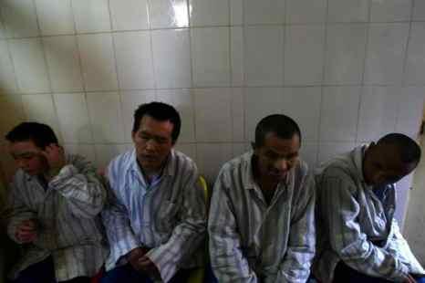 Пациенты ждут еды в психиатрической больнице Куньмина 1 декабря 2007 г., г. Куньминь провинции Юньнань, юго-западный Китай. Китайские власти выдвигают новый закон о психическом здоровье, но многие сомневаются, что он действительно предотвратит злоупотребления, из-за которых его предполагают принять. Фото: China Photos /Getty Images