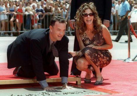 Том Хэнкс оставляет отпечатки рук на Голливудской аллее славы, рядом с ним супруга Рита Уилсон. 1998 год. Фото: LUCY NICHOLSON/AFP/Getty Images